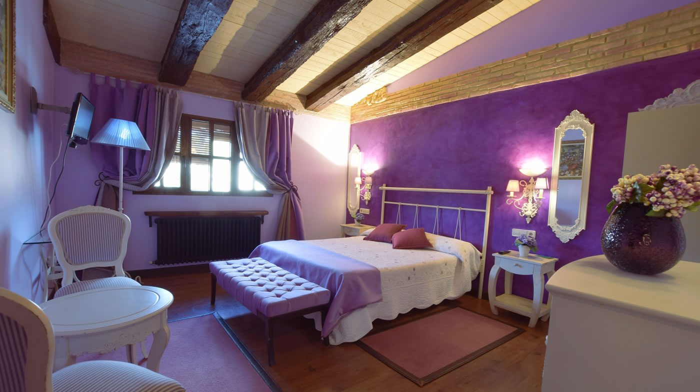Room of 20 m2: bathroom, free wifi, television. Double Bed.