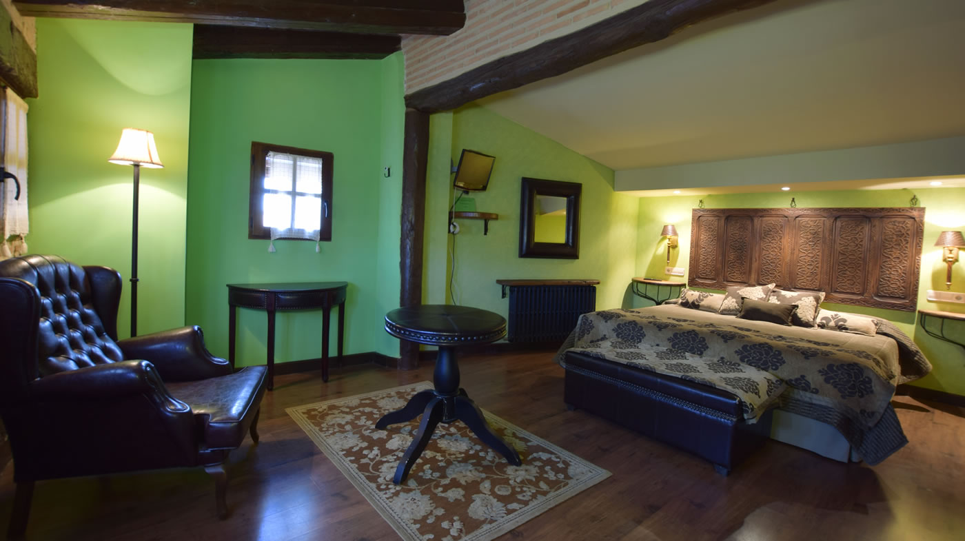 Room of 20 m2: bathroom, free wifi, television. Two adjoining beds.