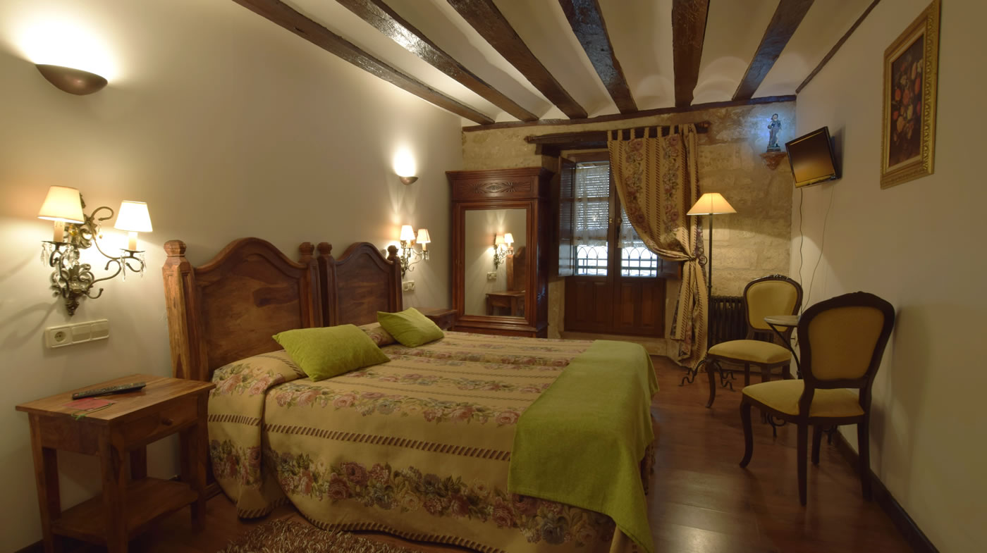 Room of 20 m2: bathroom, free wifi, television. One or Two adjoining beds.